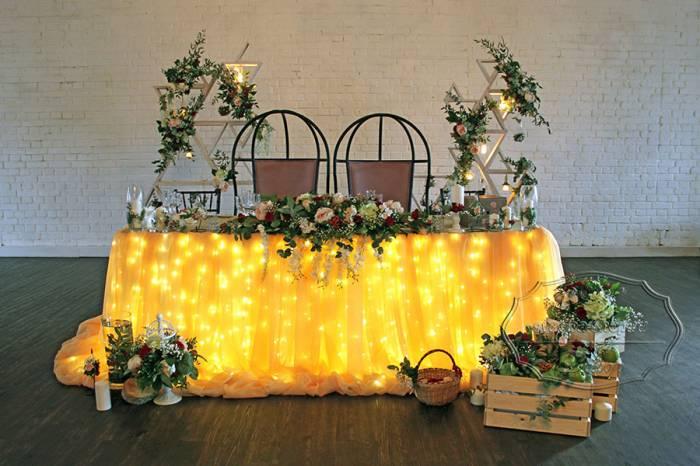 Свадебный президиум с фоном и цветами