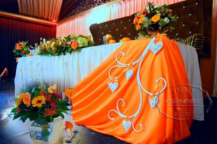 Свадебный президиум с цветами и столы гостей