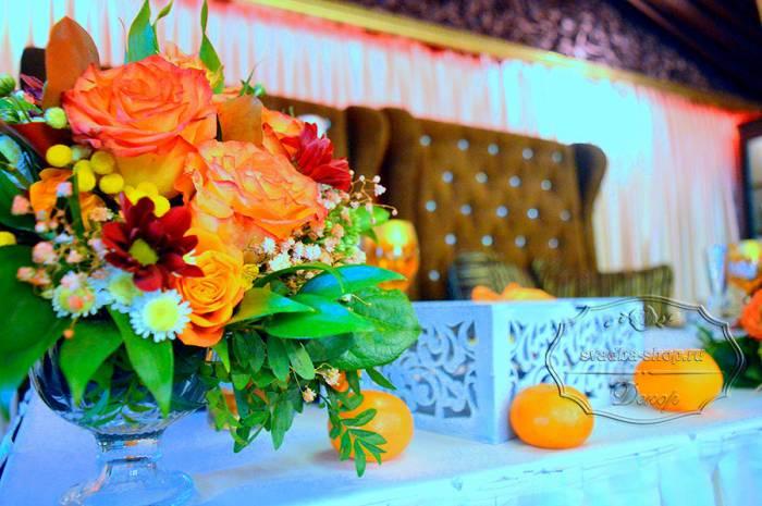 Президиум только цветы и цветы на столы гостей